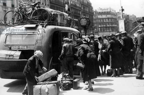 Return of the Parisian civilian population to Paris, 1940 (b/w photo)