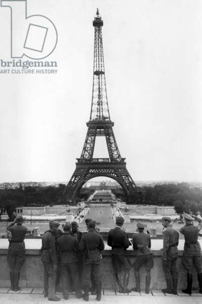 German soldiers in front of the Palais de Chaillot in Paris, 1940 (b/w photo)