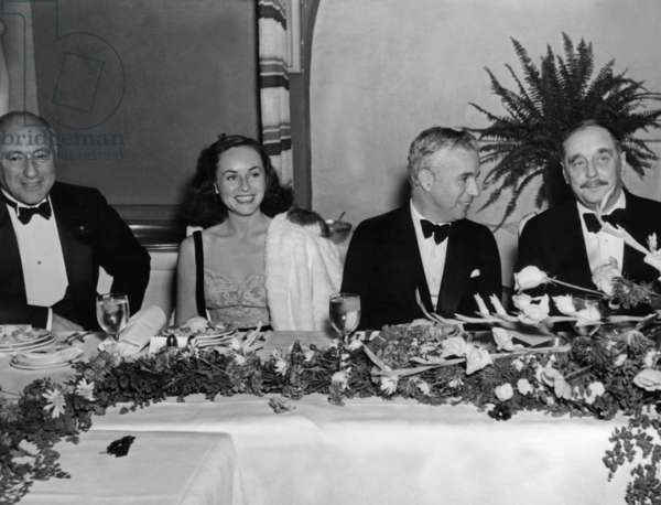 Cecil B. DeMille, Paulette Goddard, Charlie Chaplin and H. G. Wells at a dinner honouring Wells 1935 (b/w photo)
