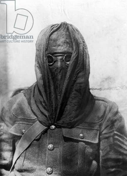 English soldier in gas mask, 1915 (b/w photo)