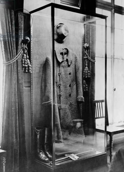 Exhibits in the Clemenceau Museum in Paris (b/w photo)