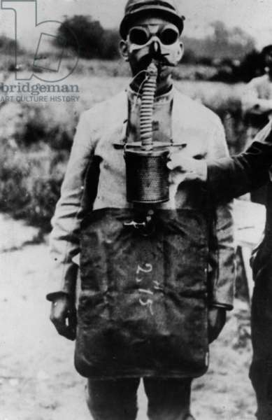 French soldier with a gas mask, 1916 (b/w photo)