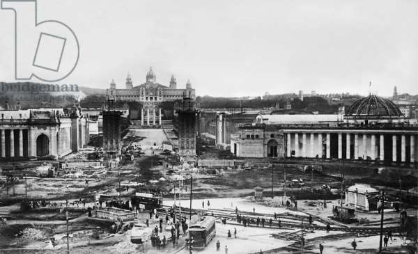Construction work on the occasion of the World Exhibition in Barcelona, 1929 (b/w photo)
