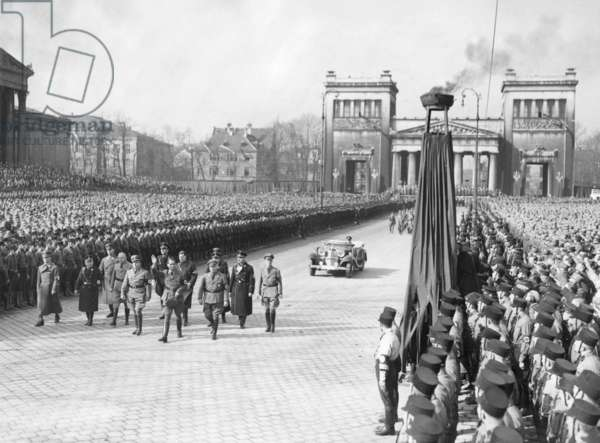 Party deployment on Koenigsplatz (King`s Square) in Munich, 1934 (b/w photo)