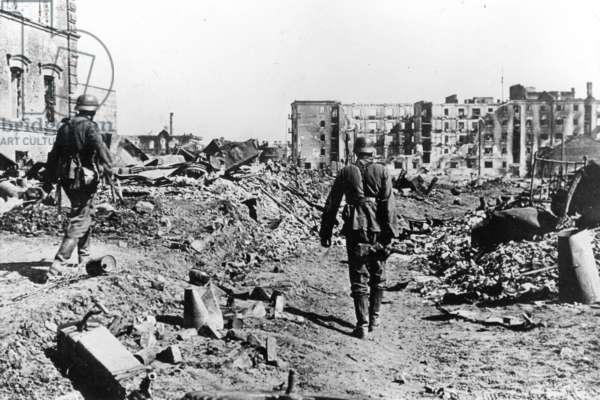 German soldiers walking through Stalingrad, 1942 (b/w photo)
