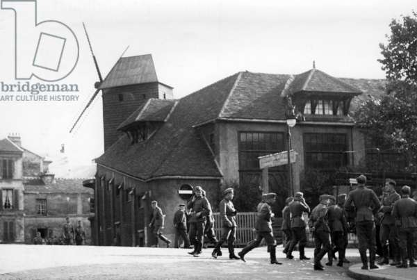 German soldiers in front of the Moulin de la Galette in Paris, 1940 (b/w photo)