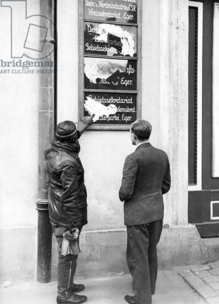 Demolition of Social Democratic offices in Eger, 1938 (b/w photo)