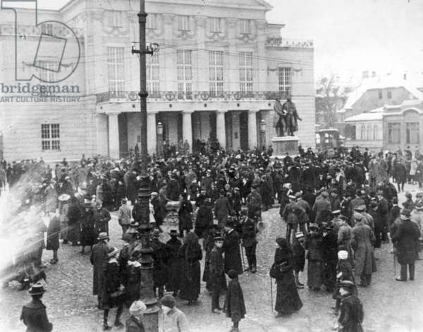 Crowd of people in front of the Weimar National Theater, 1919
