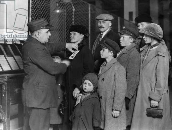 Registration of immigrants, 1928 (b/w photo)