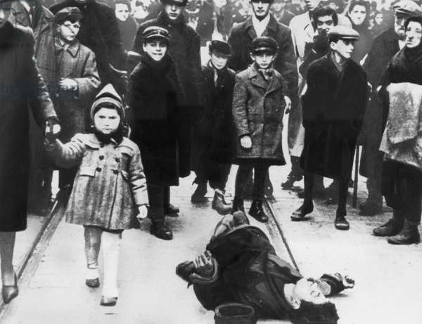 Crowd of Jewish detainees in the Warsaw Ghetto, Poland (b/w photo)
