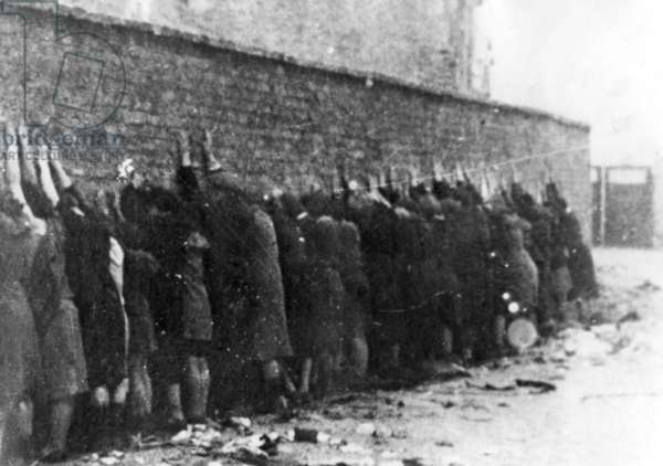 Mass execution during the Warsaw Ghetto Uprising (b/w photo)