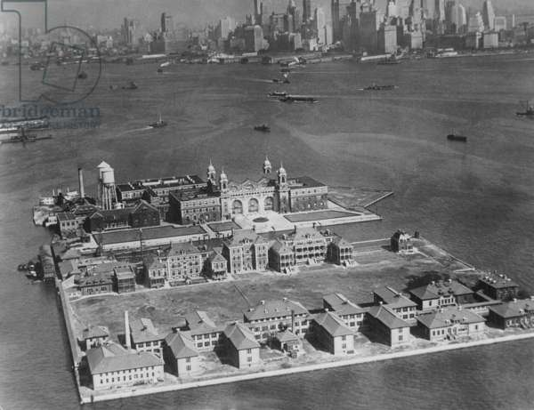 Ellis Island in front of New York, 1930 (b/w photo)