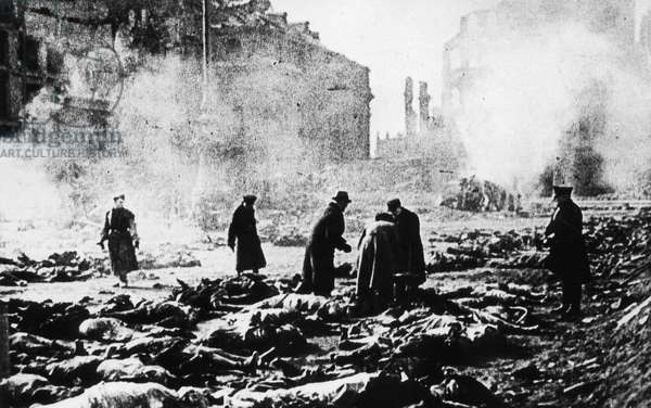 Cremation of bodies after the air raids on Dresden in 1945 (b/w photo)