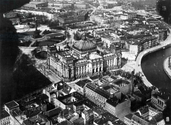 Reichstag and Alsen district in Berlin, 1918 (b/w photo)