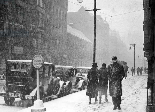 People and cars in winter, Berlin, 1945 (b/w photo)
