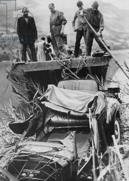 Recovery of the car in which King Leopold III and Princess Astrid of Sweden crashed. (b/w photo)