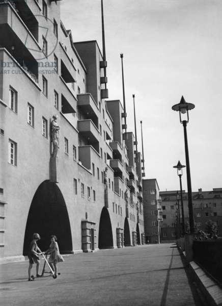 The Gemeindebau (municipal tenement complex) Karl Marx-Hof in Vienna, 1936 (b/w photo)