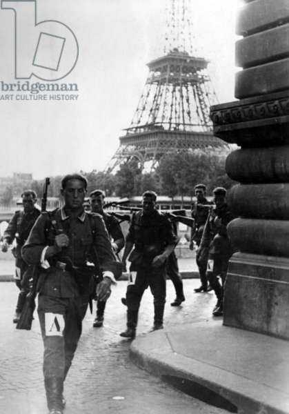 German soldiers during the pack march in Paris, 1941 (b/w photo)