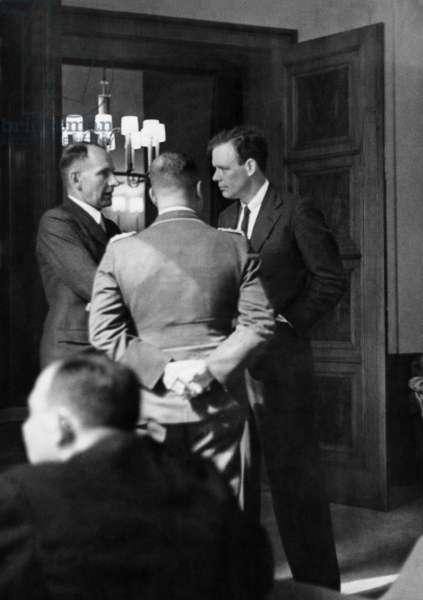 Wolfgang von Gronau in conversation with Charles August Lindbergh, 1936 (b/w photo)