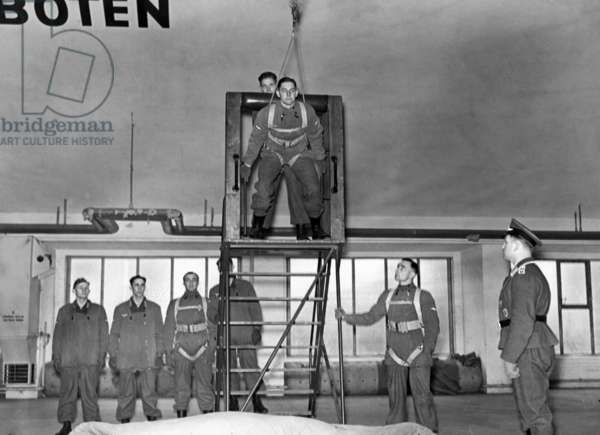 German air force: parachuting training of paratroopers, 1933-39 (b/w photo)