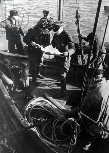 French fishermen and German soldiers in Le Havre, 1941 (b/w photo)