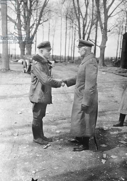 Manfred von Richthofen and von Hoeppner (b/w photo)