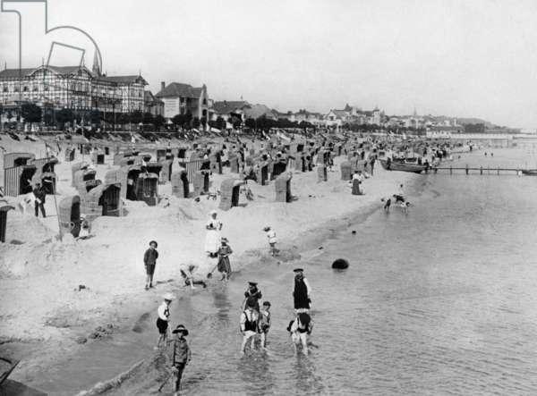 Beach life on Ruegen in the beach resort of Binz, 1908