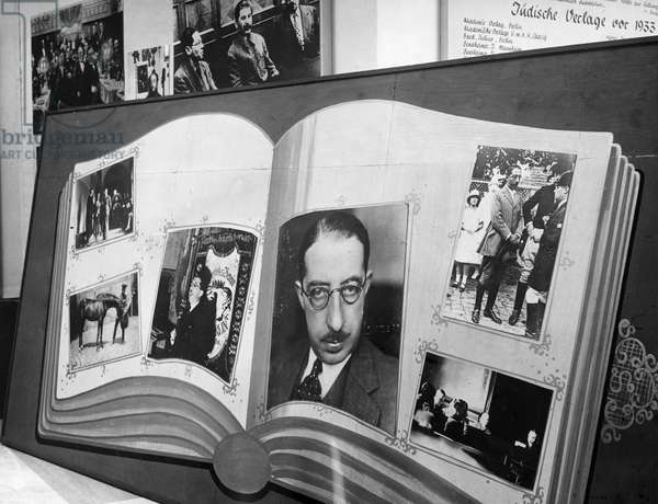 Photos of the former deputy police chief of Berlin, Isidor Weiss, in the exhibition 'The Eternal Jew' at the Reichstag building, Berlin, 1938 (b/w photo)