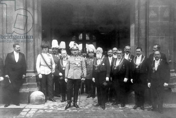 The Saxon King Friedrich August III, on the way to a hunting trip, at Vienna City Hall, 1910 (b/w photo)