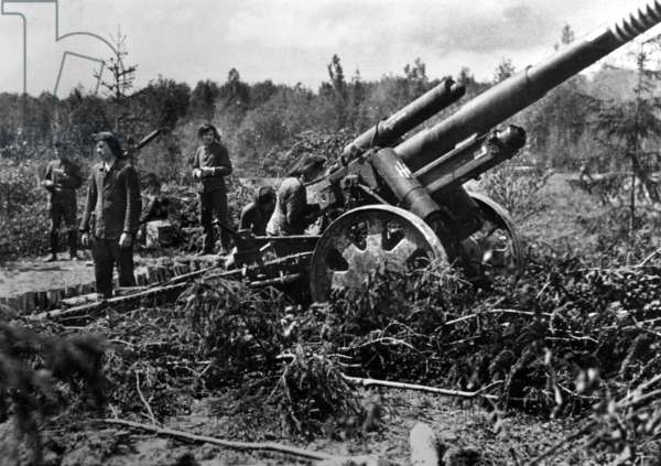 German artillery on the Eastern Front, 1943 (b/w photo)