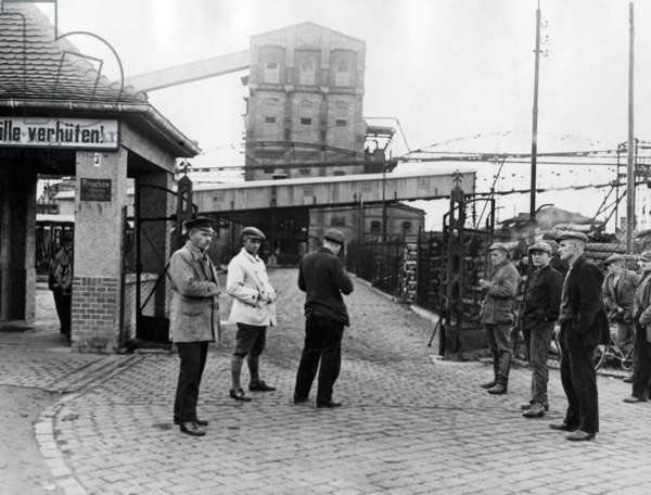 Strikers guard the entrance of a colliery, 1928
