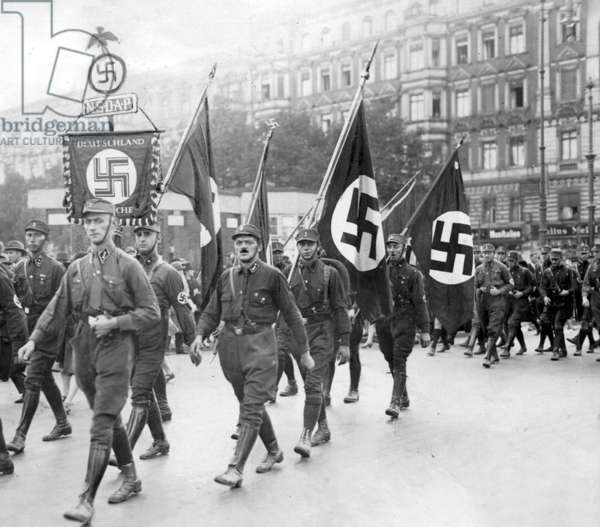 SA member march through Berlin during the Reichstag election campaign in September 1930 (b/w photo)