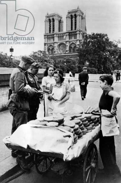 German soldiers buying baked goods in Paris, 1940 (b/w photo)