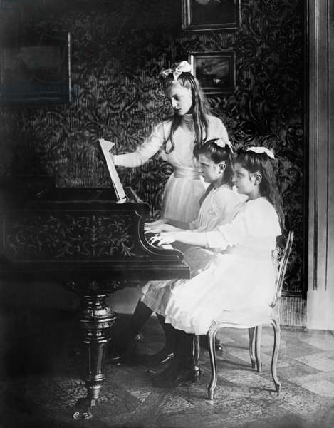 Margaret of Saxony, Maria Alix of Saxony and Anna of Saxony playing the piano, 1911 (b/w photo)
