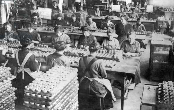 Women in a state-owned fireworks laboratory, 1917 (b/w photo)