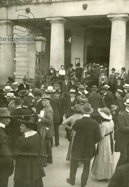 Onlookers and deputies before the Weimar National Theater, 1919