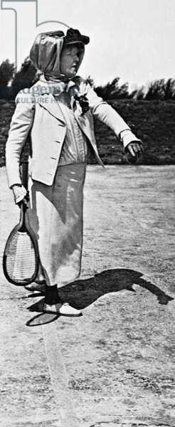 Sarah Bernhardt plays tennis (b/w photo)