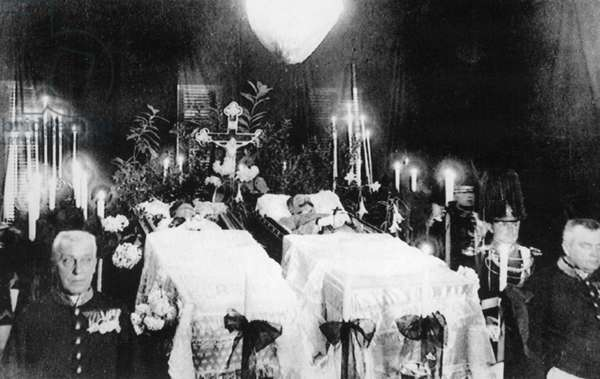 Wake at the coffins of Franz Ferdinand and Sophie, 1914 (b/w photo)