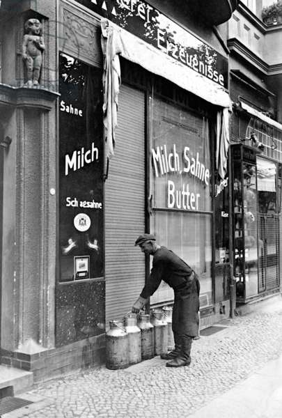 Milk delivery in the 1920s (b/w photo)