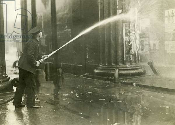 Cleaning of the Brandenburg Gate after street fights, 1919