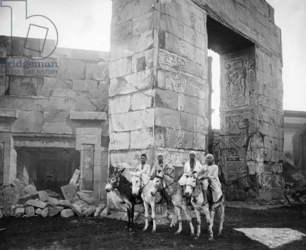 Bedouin riders in front of Egyptian scenery on the Theresienwiese, Munich 1901 (b/w photo)