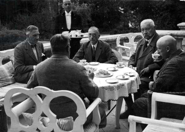 Paul von Hindenburg, Kurt Schleicher, Franz von Papen, Wilhelm Freiherr Gayl, Otto Meissner, 1932 (b/w photo)