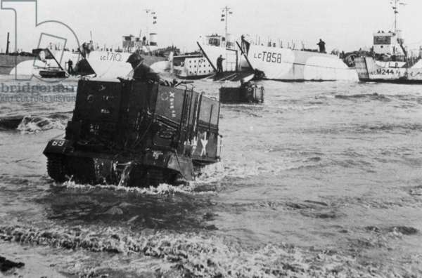 "British vehicles go ashore at ""Gold Beach"", 06.06.1944 (b/w photo)"