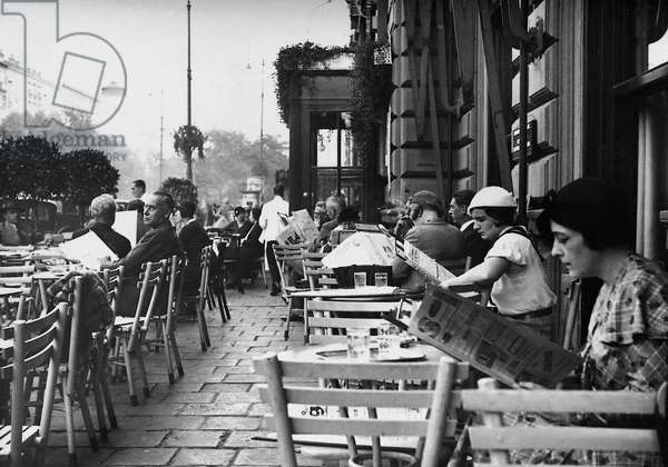 Sidewalk cafe in Vienna, 1938 (b/w photo)