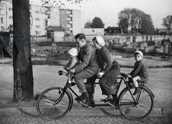 Family-Bicycle in the 30s (b/w photo)