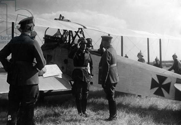 German fighter pilots at their planes during the First World War (b/w photo)