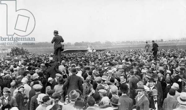 Onlookers around Charles Lindbergh, 1927 (b/w photo)