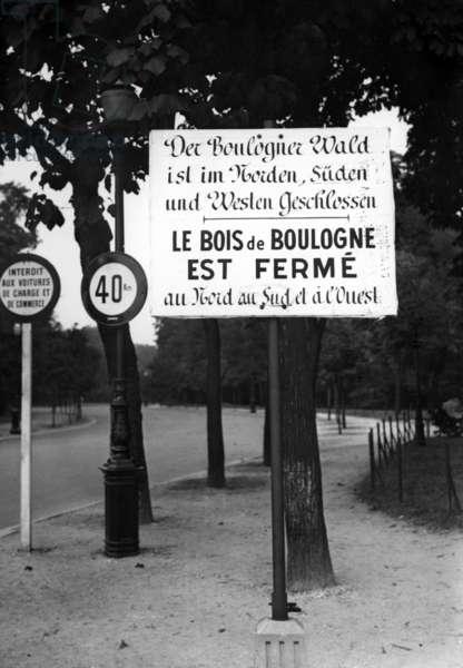 Sign in front of the Bois de Boulogne in Paris, 1940 (b/w photo)