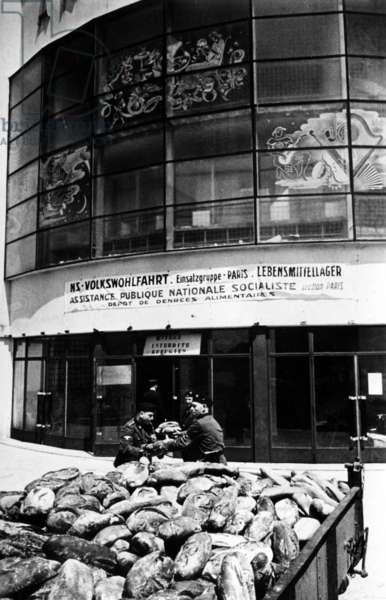 Food distribution in Paris, 1940 (b/w photo)