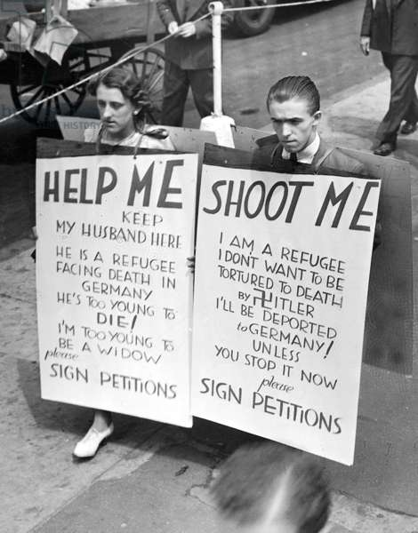 Otto Richter, a German Jew, and his wife protest against his deportation to Germany by the US immigration authorities, Ellis Island, New York City, 12th June 1936 (b/w photo)